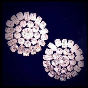 2VINTAGE Rhodium Plated MultiCut Rhinestone Brooch